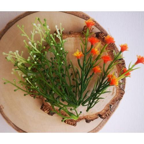 Gałązka z kuleczkami i pomarańczowe kwiaty