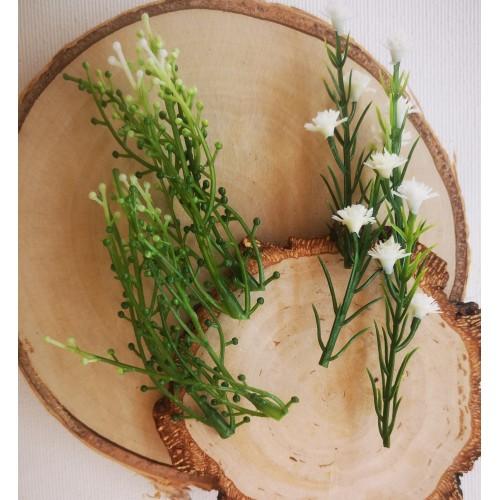 Gałązka z kuleczkami i białe kwiaty